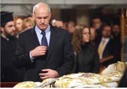 Σκηναί βαθείας κατανύξεως και ειλικρινούς π�νθους μεγάλων πολιτικών ανδρών εις κηδείας θρησκευτικών ηγετών. Επάνω ο κ.πρόεδρος της Σ.Δ.