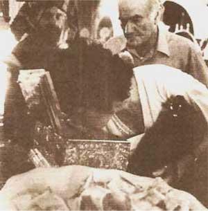 Η προσκύνησις της Πανι�ρου Ζώνης. Το λογικόν (;) ποίμνιον τιμά τα τιμαλφή της Πίστεως.
