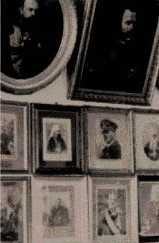 Μονή Παντελεήμονος 1942, φωτογραφίες τσάρων, δεσποτάδων και του Φύρερ.