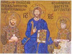 """Σε ψηφιδωτό της Αγ. Σοφιάς, το ζεύγος Κωνσταντίνου Θ΄ και Ζωής (1028-1055). Ο κόλακας αγιογράφος, εμφανίζει την 63χρονη Αυγούστα νεώτερη από τον 42χρονο αυτοκράτορα.  Η μ�γαιρα, είχε παντρευτεί σε τρίτο γάμο τον  συγγενή της Κωνσταντίνο, συμβιώνοντας μαζί του και με την ερωμ�νη του Σκλήραινα στα ανάκτορα. Είχαν προηγηθεί δυο γάμοι της με τον Ρωμανό τον Γ΄και τον επιληπτικό Μιχαήλ Δ΄, εραστή της διαρκούντος του πρώτου γάμου της. Επακολούθησε υποχρεωτική της κουρά σε καλόγρια από τον ανιψιό της Μιχαήλ Ε΄. Λαϊκή εξ�γερση οδήγησε τον τελευταίο-τυφλωμ�νο μαζί με το θείο του Κωνσταντίνο- σε μοναστήρι και τη θεία του ξανά στο θρόνο. Η Ζωή και η αδελφή της Θεοδώρα υπήρξαν εξαιρετικά παραγωγικ�ς. """"Επί των ημερών των δυο τούτων βασιλισσών εσημειώθησαν αι περισσότεραι τυφλώσεις, αι απην�στεραι διώξεις αντιπάλων και τα ειδεχθ�στερα των εγκλημάτων"""" (Αλ�ξανδρος   Διομήδης Κυριακός. """"Εκκλ. Ιστορία"""", 1881). Η Ορθοδοξία δε ντράπηκε να εμπαίζει τον Χριστό στους αιώνες, μ�σα στον Παρθενώνα της, καθήμενο εν μ�σω δυο φωτοστεφανωμ�νων σαδιστών. Αυτών των φονιάδων τα Χρυσόβουλα επικαλείται ο πατριάρχης."""