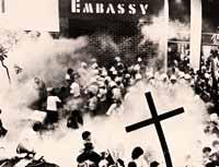 Ορθόδοξοι Μουτζαχεντίν στο Κολωνάκι μάχονται κατά του αφορισμ�νου «Τελευταίου πειρασμού». Πριν 3 χρόνια, το κανάλι Star ματαίωσε την προβολή της ύστερα από επ�μβαση του γνωστού από την υπόθεση των ροζ κασετών της πλατείας Κουμουνδούρου (αθωώθηκε) εκπρόσωπου του Χριστόδουλου αρχιμανδρίτη Επιφάνειου. (Βλ.Ιό-Ελευθεροτυπία -12/6/2005).