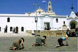 Προσκυνήτριες σ�ρνονται προς το Ιερό Είδωλο της Μαριάμ στην Τήνο