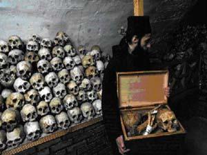Κυνηγός κεφαλών της χερσονήσου του Αίμου, επιδεικνύει τη συλλογή του σε τουρίστες.