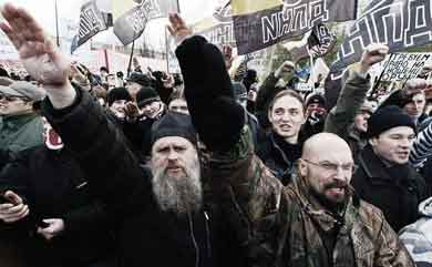 Σεβάσμιοι ιερείς και πατριώται διαδηλώνουν εις Μόσχαν κατά των ύπουλων ξένων, υψώνοντες τας χείρας ικετευτικώς προς τον θεόν.