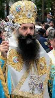 Η «δευτερολογία» κατά την άποψη Αγίου Πειραιώς Σεραφείμ δεν γίνεται αποδεκτή, εδώ ο Άγιος σε όλη την λαμπρότητά του προκαλεί πανάξια δέος εις μυριάδες αμνοερίφια που προσκυνούν και δεν αντιμιλούν