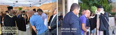 Δ. Koδέλας βουλευτής Αργολίδας της Κομμουνιστικής Οργάνωσης Ελλάδας (ΚΟΕ-μαοϊκή συνιστώσα του ΣΥΡΙΖΑ). Σκουλαρίκι,  μπλουτζίν, ο κώδικας του ενδυματολογικού αντικομφορμισμού συνυπάρχει με ευκαμψία, υποκρισία και ασυνέπεια,  μάλιστα στη δεύτερη φωτογραφία μπροστά σε μαθητές Λκείου. Αν υπάρχει προσωπική πίστη, είναι σεβαστή, γιατί όμως αυτή δεν σέβεται την οφειλόμενη θρησκευτική ουδετερότητα του κράτους την οποία υπόσχεται το πρόγραμμα του ΣΥΡΙΖΑ;