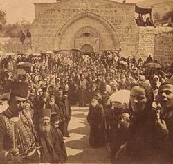 Aρχές 20ου αι. τάφος της Μαρίας της Ναζαρέτ, στο κέντρο του συρφετού ο Ρωμιός πατριάρχης.