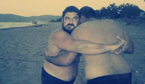 Χρυσαυγίτες παρά θιν'αλός. Το αμερικανικό «Vice» σχολίασε: «Χοντροί φασίστες παριστάνουν τους Σπαρτιάτες στην παραλία».
