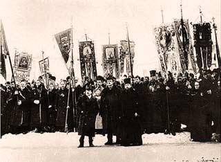 """Ορθόδοξοι κληρικοί και ακροδεξιός υπόκοσμος, σε μια επίδειξη δύναμης  της αντισημιτικής «Ένωσης του Αρχαγγέλου Μιχαήλ"""", μπροστά από τον καθεδρικό ναό του Καζάν-1913"""