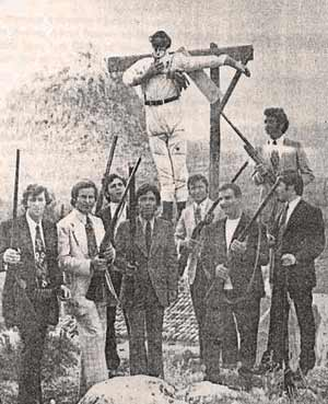 Οπλοφόροι ετοιμάζονται για το κάψιμο του Ιούδα. Τζαφέραγα Αργολίδας (Ασίνη), Πάσχα 1972-φωτ. 'Αργολικής Αρχειακής Βιβλιοθήκης Ιστορίας και Πολιτισμού'.