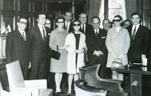 Δημοφιλείς ηθοποιοί εκείνης της εποχής ποζάρουν με τον Γεώργιο Παπαδόπουλο Πηγή: www.lifo.gr