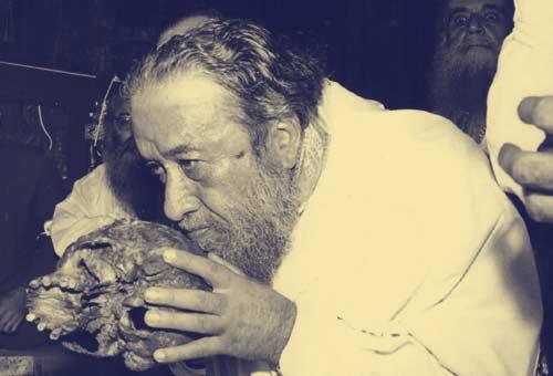 Σκελετολατρία:  25.10.1971, ο πόρνος και φασίστας δεσπότης Πρέβεζας Στέλιος Κορνάρος, ασπάζεται μια ιερή νεκροκεφαλή