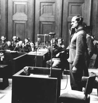 Ο κατηγορούμενος Καρλ Μπραντ καταθέτει στη Δίκη των γιατρών. Νυρεμβέργη-1947