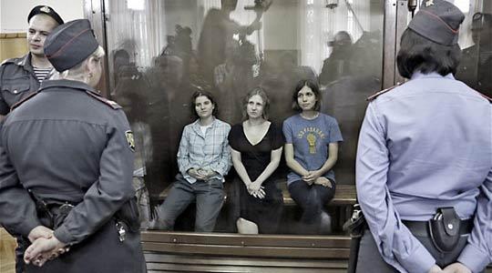 Οι 'Pussy Riot' στο γυάλινο δικαστικό κλουβί της ρωσικής Ορθοδοξίας