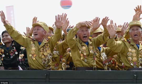 """Θρησκευόμενοι Βορείου Κορέας μία μέρα πριν το ιστορικό """"ΌΧΙ"""""""