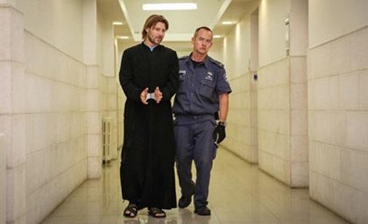 Οικουμενικότητα: O 35χρονος οικογενειάρχης Ρώσος Ορθόδοξος ιερέας αιδεσιμότατος Gleb Grozovsky, που έχει συλληφθεί (22.9.2014) και κρατείται ακόμη στο Ισραήλ μέχρι να εκδοθεί στη Ρωσία, κατηγορούμενος για τη σεξουαλική κακοποίηση δύο κοριτσιών, 9 και 12 ετών, τον Ιούνιο του 2013, σε ξενοδοχείο του ελληνικού νησιού της Κω, όπως και για τη διάπραξη πλειάδας αντίστοιχων πράξεων στην Αγία Πετρούπολη σύμφωνα με το ρωσικό πρακτορείο ειδήσεων, RIA Novosti.