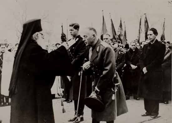 Σπάνια φωτογραφία του Ρουμάνου Πατριάρχη Νικόδημου (1939-1948), που δίνει την ευλογία του στον στυγνό εγκληματία φασίστα πρωθυπουργό στρατηγό Ίον Αντονέσκου παρουσία του βασιλιά Μιχαήλ Ι και του Horia Sima , αναπληρωτή προέδρου της παρακρατικής φασιστικής συμμορίας «Σιδηρά Φρουρά» (8.2.1941).
