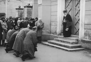 Φωτογραφία από τη συλλογή του Μουσείου Ολοκαυτώματος των ΗΠΑ. Έξι Ούγγροι μέλη της ρουμανικής Βουλής γονατίζουν (1991) ζητώντας συγνώμη από το Ραββίνο του Κλούι μπροστά στην πόρτα της συναγωγής.