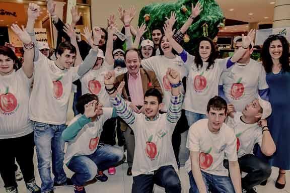 Η μαθητική «Εικονική Επιχείρηση» Smileybin του Γυμνασίου Αλωνίων Πύδνας-Κολινδρού Πιερίας κατέκτησε το πρώτο βραβείο, της «Καλύτερης Εταιρείας» των Εμπορικών Εκθέσεων Καινοτομίας και Επιχειρηματικότητας που πραγματοποιήθηκαν από το «Σωματείο Επιχειρηματικότητας Νέων/Junior Achievement Greece», σε Αθήνα και Θεσσαλονίκη στις αρχές Απριλίου.