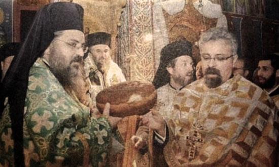 Δεξιά με το πορτοκαλί συνολάκι, ο Φουρλεμάδης της  επίμονα εκκρεμούς υπόθεσης της «Αλληλεγγύης».