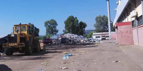 Προκειμένου να πραγματοποιηθεί η αφή της Ολυμπιακής Φλόγας τόνοι σκουπιδιών τοποθετήθηκαν έξω από τις κερκίδες του δημοτικού σταδίου Πύργου. Μεγάλο μέρος των απορριμμάτων παραμένει εκεί. photo©Kathimerini.gr