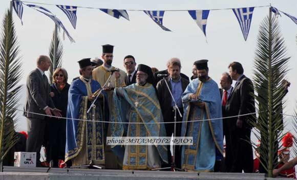 Εξορκισμός των αμαρτωλών νερών στο Λουτράκι, παρόντων δυο εκ των τριών τοπικών  βουλευτών του ΣΥΡΙΖΑ, Μ. Θελερίτη και Γ. Τσόγκα