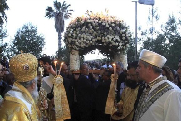 """Ο Κωνσταντίας Βασίλειος με Ιμάμη, εκπρόσωπο του Τουρκοκύπριου Μουφτή δρα Talip Atalay, στην τελετή της Μ.Παρασκευής στην ακατοίκητη Αμμόχωστο, που έγινε το 2014 μετά από 40 χρόνια. Ο Ιμάμης παρέδωσε στον μητροπολίτη συμβολικά ένα κλειδί λέγοντας: """"Δεν είναι δώρο, αλλά κάτι που παραδίδεται στον ιδιοκτήτη του"""", κίνηση που προκάλεσε συγκίνηση στους παρευρισκόμενους. Ο Ιμάμης τόνισε ότι η Κύπρος είναι ένα πανέμορφο νησί και οι δύο κοινότητες που ζουν σε αυτό μπορούν να μοιραστούν τα πάντα."""