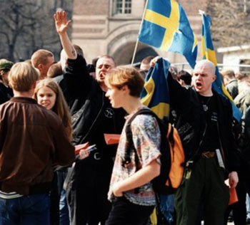 Επώνυμοι Σουηδοί Ναζιστές το Μάρτη του 1994, προτού μεταμφιεστούν, κατά τα γλοιώδη και υποκριτικά ναζιστικά ήθη, σε κοινοβουλευτικό κόμμα, στο «Sverige Demokraterna» (Φωτ. δημοσιευμένη στις 17.10.2013, στο polimasaren.wordpress.com)